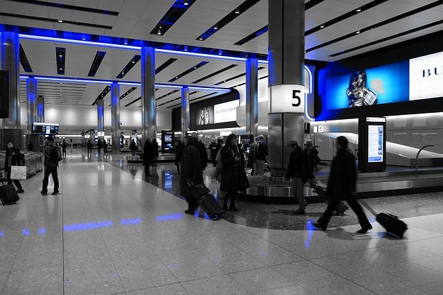 man met koffer op airport